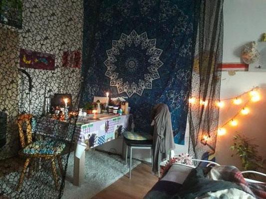 Sitzecke mit Mandala Tuch in blau