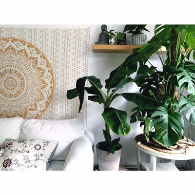 Bruhigende Atmosphäre im Wohnzimmer durch weiß goldenes Mandala Wandtuch
