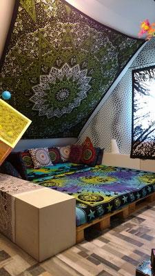 Wohnzimmer mit Goa Wandtuch Gestaltung