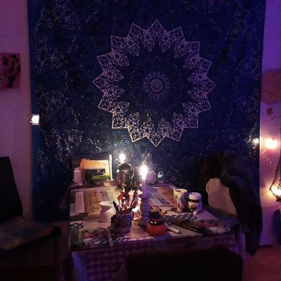 Sitzecke mit Mandala Tuch am Abend