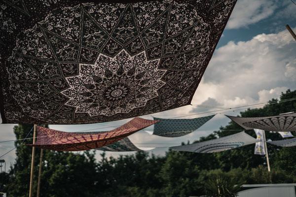 Großes Mandala Wandtuch als Sonnensegel im Freibad