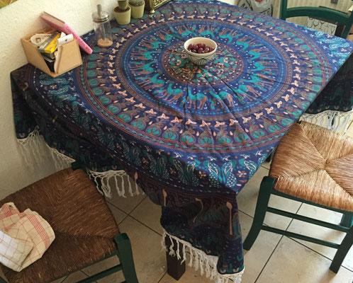 Mandala Roundie als alternative Tischdecke für defekte Tische