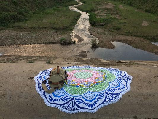 Mandala Roundies als Picknicktuch auf Reisen