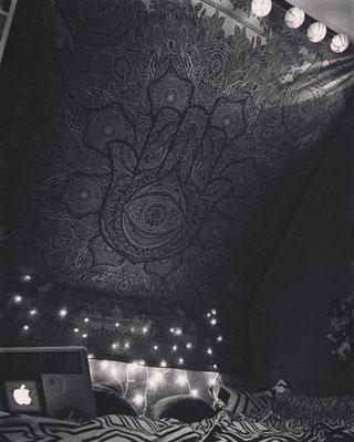 Für Dachschrägen: Hamsa Wandtuch und Lichterketten