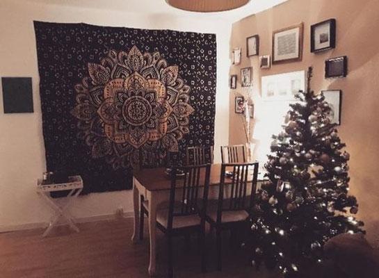 Gold Wandtücher als Weihnachtlichsdeko im Esszimmer