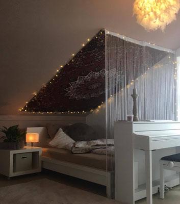Schlafplatz Abgrenzung durch Fadenvorhang und Wandtuch Dekoration