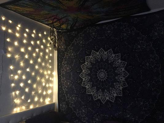 Schlafplatz mit Lichterketten Vorhang und Wandtuch Deko