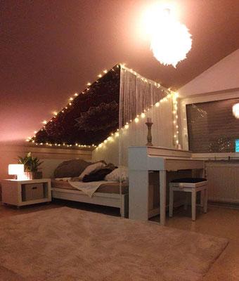 Wandtuch mit Lichterketten Rahmen an Dachschräge