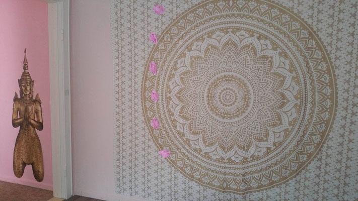 Gold Mandala Wandtuch im Yoga- und Meditationsraum
