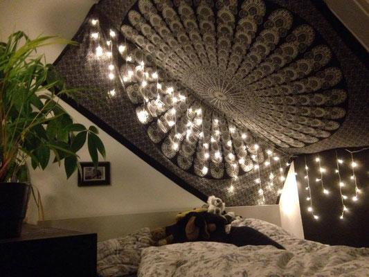 Schwarzes Mandala Wandtuch und Lichterketten unter der Decke