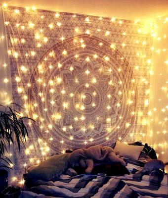 Weißes Mandala Wandtuch mit Lichternetz Beleuchtung