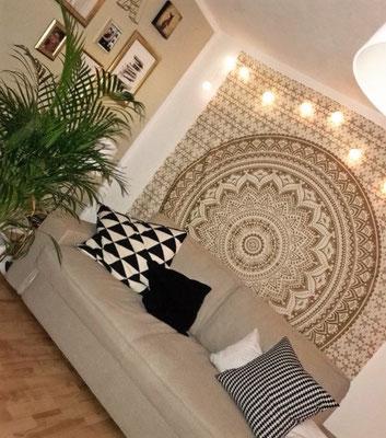 Mandala Wandtuch in weiß gold im Wohnzimmer