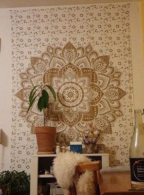 Wandtuch mit Lotusblüte in Gold auf weiß