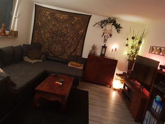 Fokus Punkt im großen Wohnzimmer: Goldenes Hamsa Wandtuch in schwarz
