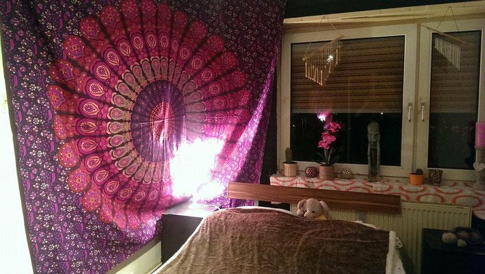 Rosa Mandala Wandtuch über Eck an der Wand