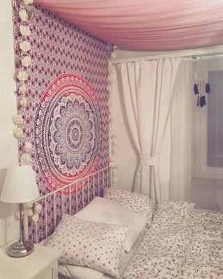 Großes rosa Mandala Wandtuch im Schlafzimmer