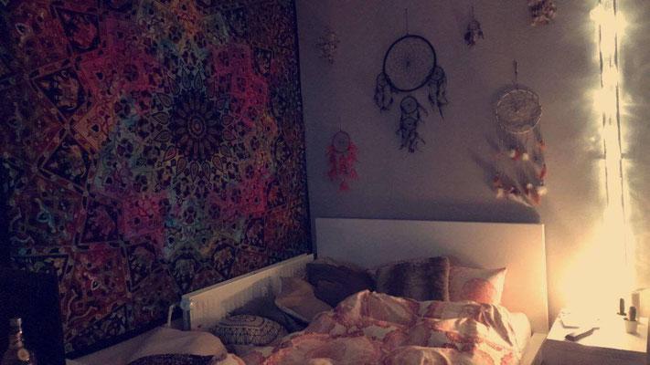 Batik Mandala Tuch und Traumfänger über dem Bett