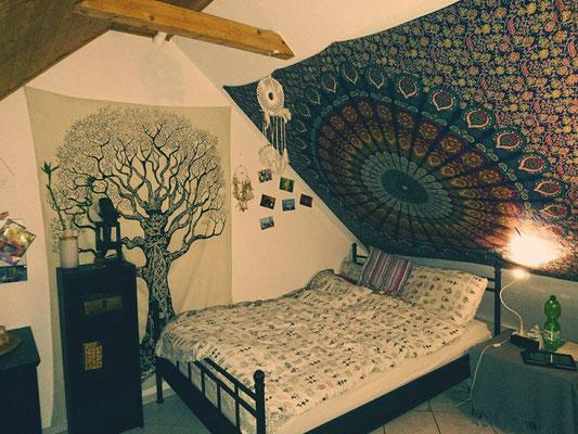 Pfauenfeder und Weltenbaum Wandtücher an Dachschräge