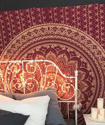 Weinrotes Mandala in Gold hinter dem Bett