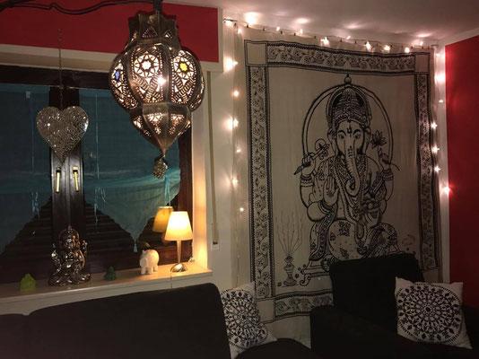 Ganesha Wandtuch in weiß mit Lichterketten