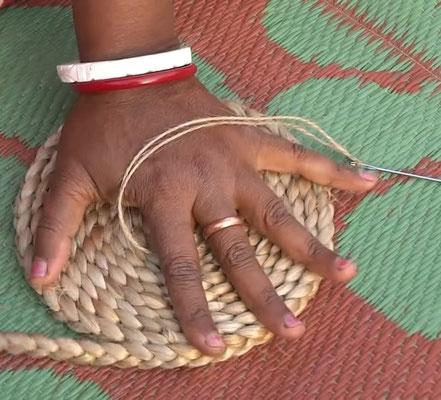Der Teppich entsteht nach und nach. Damit die Form bleibt, wird die Spirale zusammen gepresst.