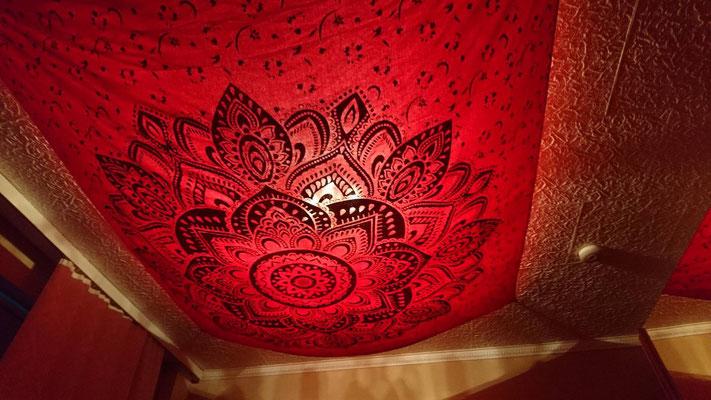 Gold Wandtuch an der Decke mit Beleuchtung von hinten