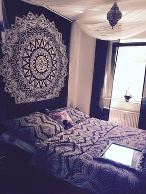 Großes Mandala Wandtuch in schwarz weiß im Schlafzimmer