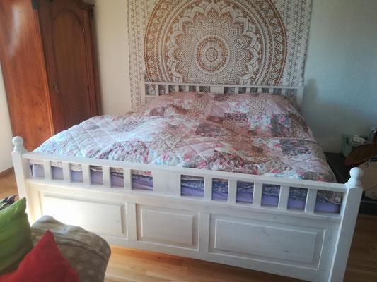 Gold Mandala Wandtuch zentral an der Wand hinter dem Bett