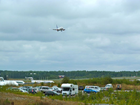 Arlanda. Wir beobachten Flugzeuge und David wünscht dem WoMo Flügel