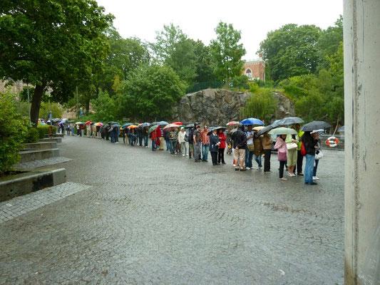 Warteschlange vor dem Vasa-Museum im strömenden Regen. Wir verschieben unseren Besuch auf den nächsten Tag.