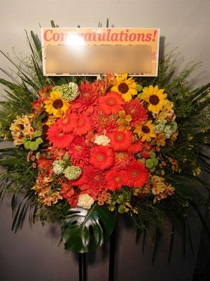 オレンジ色(Orange)のスタンド花。東京都23区送料無料。目黒区からお届け。