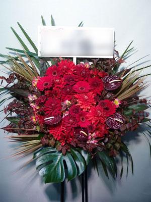 赤、レッドのスタンド花。東京都23区送料無料。目黒区からお届け。