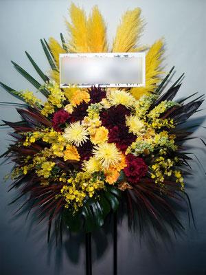 赤×黄色のスタンド花。東京都23区送料無料。目黒区からお届け。