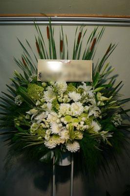 白×緑のスタンド花。東京都23区送料無料。目黒区からお届け。