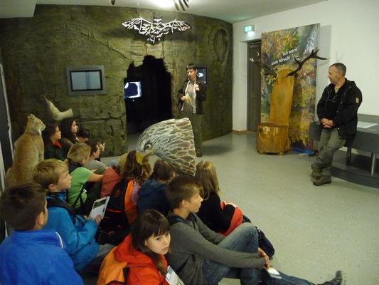 Die NABU-Ausstellung im Buchenhaus ist auch Treffpunkt für NAJU-Veranstaltungen, sei es eine Rallye durch den Wildtierpark oder wie hier ein Treffen mit dem Naturfotografen Manfred Delpho, der den Kindern Naturerleben mit der Kamera vermittelt.