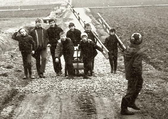 Antransport der Nistkästen mit einem Handwagen, zweiter von links der spätere Regierungspräsident Dr. Walter Lübcke