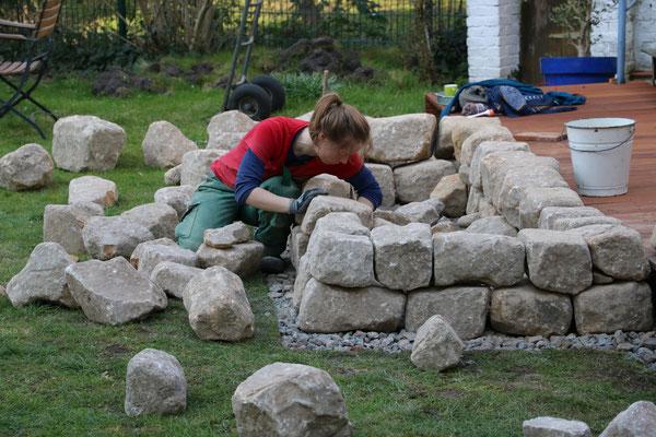 ... werden zu einer Trockensteinmauer zusammengefügt.