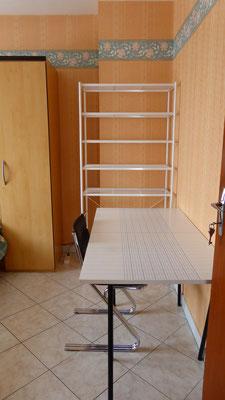 Chambre 2 - Bureau et étagères