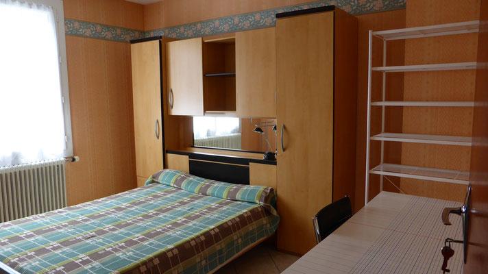 Chambre 2 - Lit et meuble pont de rangement