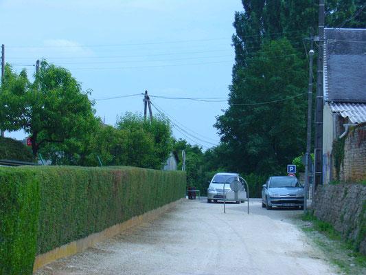 La même photo dans les années 2000. La voie ferrée est devenue un chemin piétonnier : le Chemin de la Découverte.