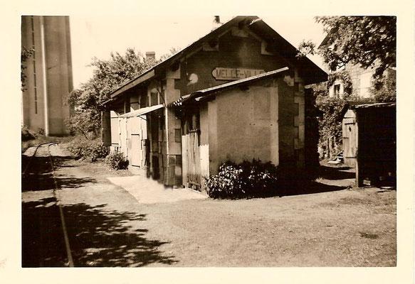 """La halte """"Melle-Ville"""", en 1960, quand nous l'avons achetée. Elle comprenait une salle d'attente, le guichet et le bureau du chef de gare. On aperçoit le château sur la gauche."""