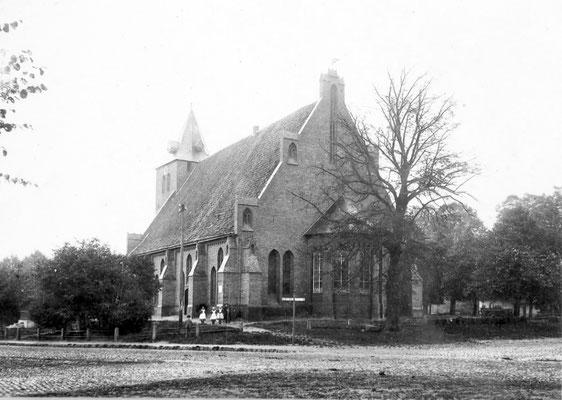 Die Kirche noch mit dem kleinen Kirchturm (ca. 1904)