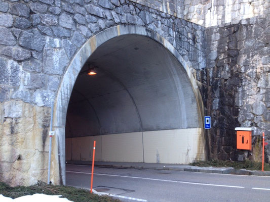 Oberes Tunnelende vom Plagersfluh-Tunnel der Jaunpassstrasse