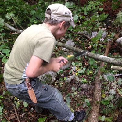 Die Schueler beim Bau des Waldsofa