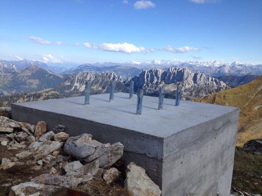 Der vorbereitete Sockel wartet auf das neue Gipfelkreuz