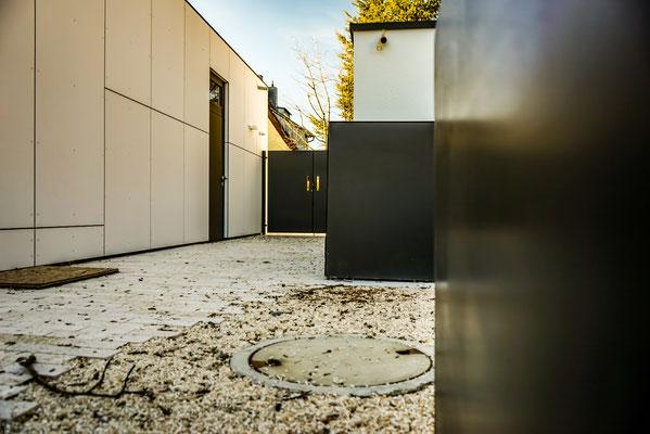 Hochbeet, Mülleinhausung und Gartentür im gleichen Design