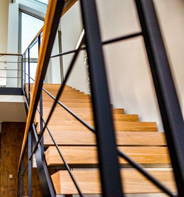 Treppe mit Holzhandlauf