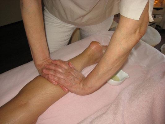脚のむくみはしっかりリンパを流して足首くっきり美脚に