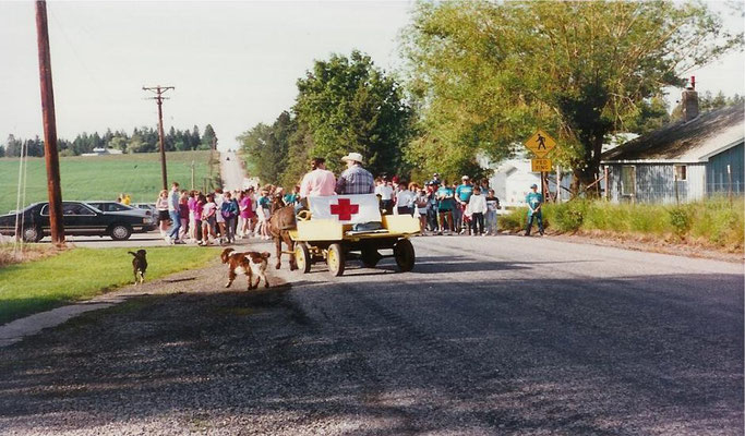 Lining up for the Foothills Fun Walk, June 1990