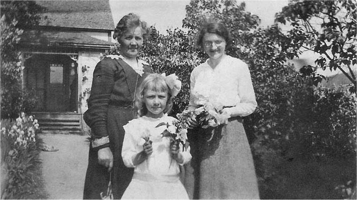 Mary Johnson, Mary Kerr (Jacobson) – teacher, and Vivian Johnson (Myers), circa 1917